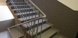 Komendant policji zepchnął kobietę ze schodów?