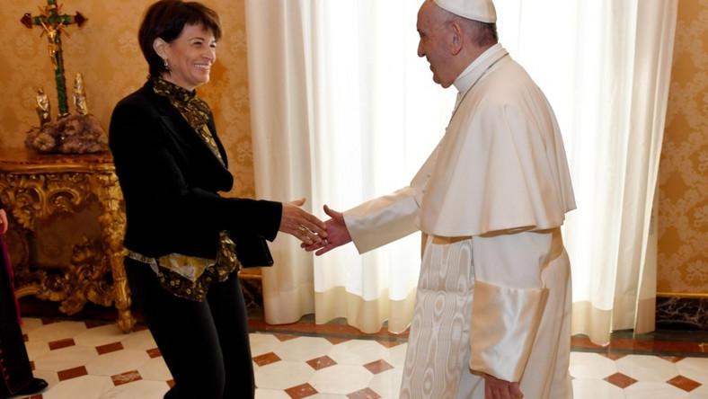 Protokół dyplomatyczny jasno określa zasady ubioru kobiet na spotkania z papieżem...