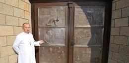Te drzwi upamiętniają naszego papieża