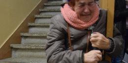 Schorowana staruszka koczuje na klatce schodowej. Rodzina zabrała jej klucze