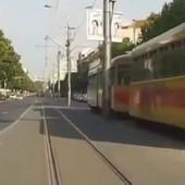 NOVI ŠOKANTAN SNIMAK SA BG ULICA Vozi tramvajskom bašticom u suprotnom smeru, prolazi na crveno i to 100 km/sat (VIDEO)
