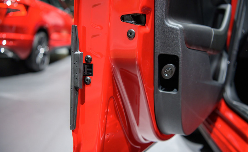 Mechanicznie wysuwana listwa ochronna zabezpieczająca krawędź drzwi przyda się na ciasnych miejskich parkingach. Patent prosty, ale niezwykle praktyczny w codziennym użytkowaniu - chyba nawet bardziej niż słynne już parasolki ukryte także w drzwiach. W końcu do auta wsiadamy i z niego wysiadamy częściej niż pada deszcz