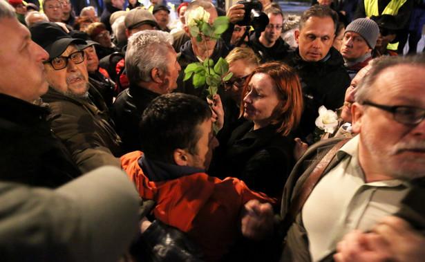 Środowym obchodom 85. miesięcznicy upamiętniającej katastrofę smoleńską przed Pałacem Prezydenckim towarzyszyła kontrmanifestacja, doszło do przepychanek.