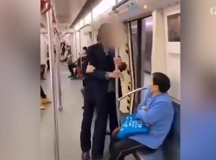 matro kina obezbeđenje izbacuje putnika bez maske
