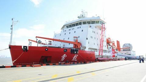 """Chiński lodołamacz i statek badawczy """"Xuelong"""". Nazwa oznacza dosłownie """"śnieżny smok"""". Pierwszego opłynięcia Arktyki dokonał w 2017 roku"""