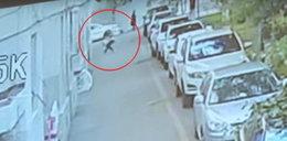 Wyskoczył z auta i... złapał dziecko. Przerażające nagranie