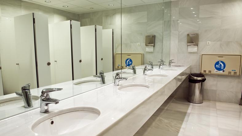 """""""Zdjęcie drzwi od toalet to jest pewien przykład słabości szkoły"""" - mówi nowy dyrektor"""