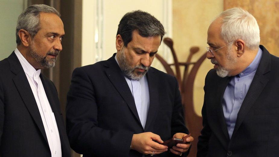 ambasador Iranu Madżid Tacht Rawanczi  (w środku)