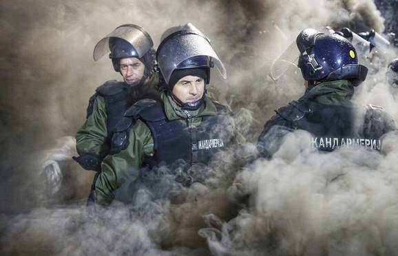 Žandarmerija u pirotehničkom dimu na 156. večitom derbiju