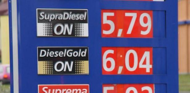 Ceny paliw powinny spaść. Dzięki silniejszemu złotemu.