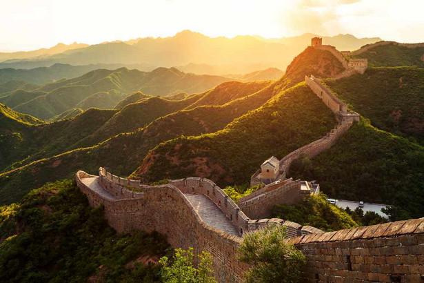 Schowanie się za Wielkim Murem nie ocaliło dynastii Ming. Zjednoczone plemiona Mandżurów stworzyły państwo zdolne najpierw podbić Mongolię i Koreę, a potem najechać Chiny, dając początek dynastii Qing. Władała ona Państwem Środka aż do XX w.