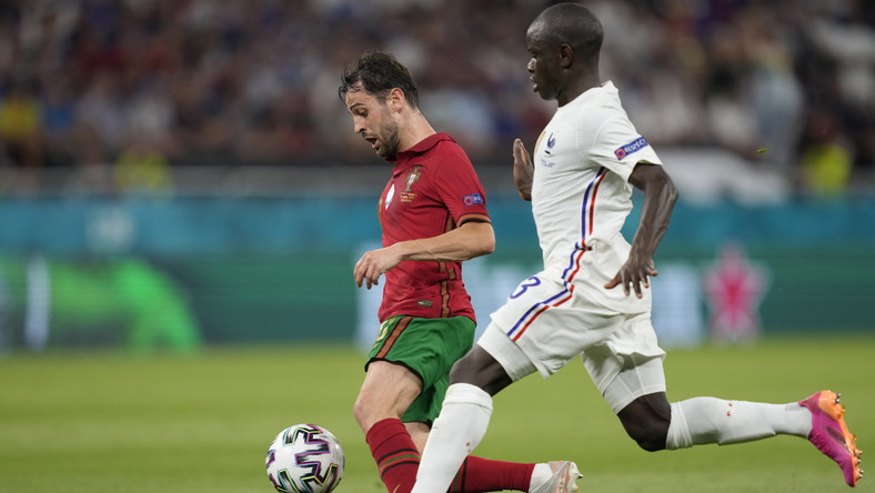 Bernardo Silva (L) w starciu z N'Golo Kante (P) podczas meczu Portugalii z Francją