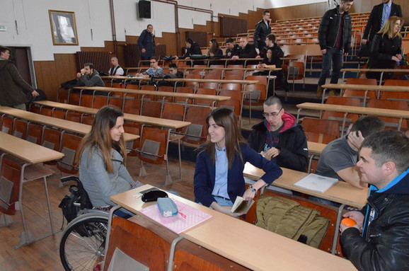 Milica Knežević mora da moli kolege za pomoć kako bi prisustvovala predavanjima