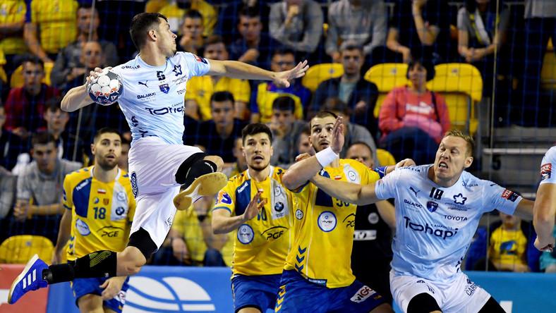 Zawodnicy PGE VIVE Kielce Alex Dujshebaev (2L) i Arciom Karalek (2P) oraz Kyllian Villeminot (L) i Fredric Pettersson (P) z Montpellier HB podczas meczu grupy B Ligi Mistrzów piłkarzy ręcznych
