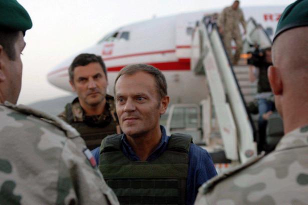 """""""Zwrócę się do prezydenta, żeby uwierzył, że to naprawdę chodzi o życie naszych żołnierzy, a nie o jakieś polityczne gry. Natychmiast po powrocie będę chciał mu przekazać moją prośbę, żeby umożliwił, nie blokował tych prac, które umożliwią naszym agentom pracę w normalnym, pełnym wymiarze"""" - powiedział premier na briefingu w Afganistanie."""