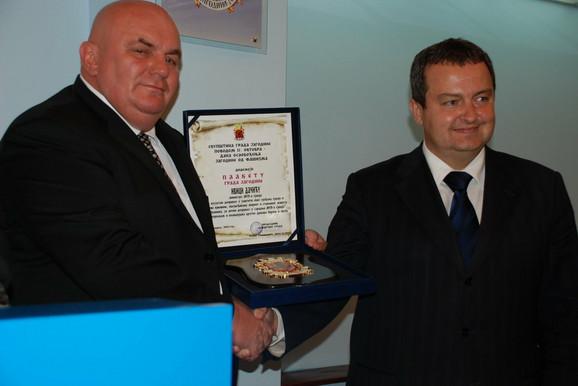 Gradonačelnik Jagodine uručuje priznanje ministru policije