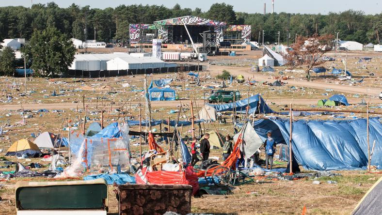 Śmieci na terenie Przystanku Woodstock po zakończeniu festiwalu