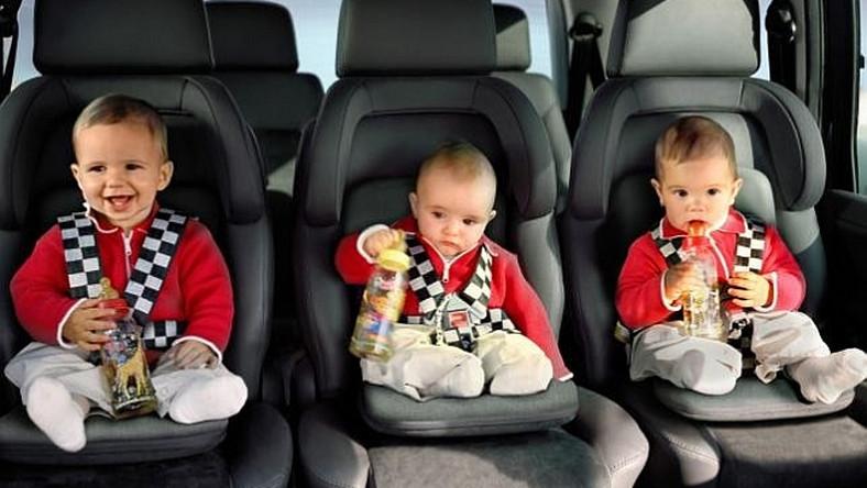 dzieci w fotelikach