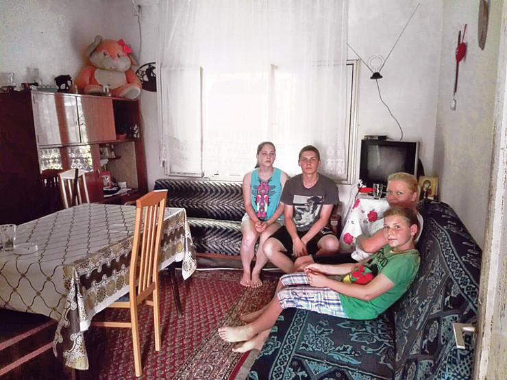 Porodica u jedinoj upotrebljivoj prostoriji