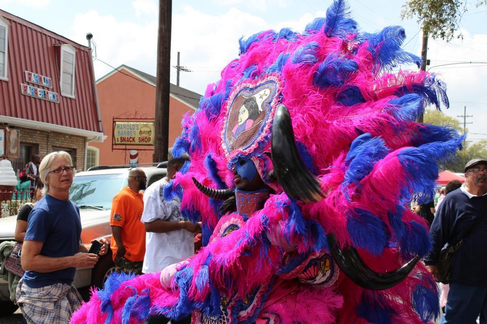 Dawniej przebieranie się za Indian było też sposobem na uniknięcie zakazu udziału osób czarnoskórych w festiwalu Mardi Gras.
