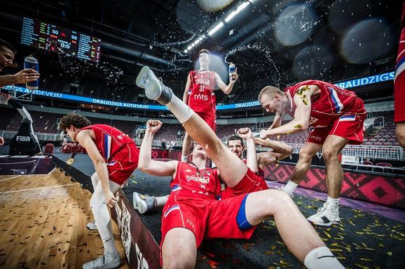 Slavlje naših juniora posle pobede nad Letonijom u finalu U18 Evrobasketa