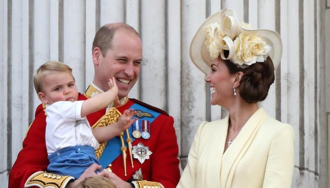 Princ Luis sa mamom Kejt i tatom Vilijamom