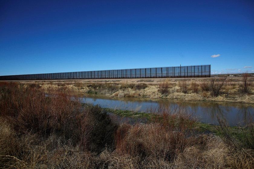 Donald Trump przystępuje do prac nad murem na granicy z Meksykiem