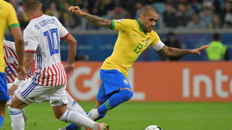 Le brésilien Dani Alves (droite) pendant le quart de finale de Copa America à Porto Alegre, le 27 juin 2019