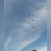 Popeo se na 100 metara visine, skočio bandži, a onda mu je PUKLO UŽE i... PREŽIVEO JE (VIDEO)