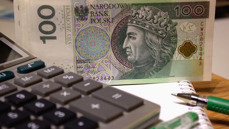 pieniądze zasiłek banknoty kalkulator fot. shutterstock