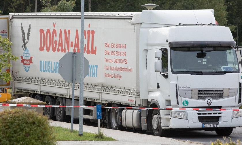 Ciężarówka z migrantami na granicy z Polską
