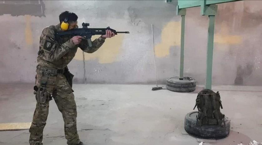 Sikora to zawodowy żołnierz. Służy w Batalionie Dowodzenia Wojsk Lądowych w Białobrzegach.