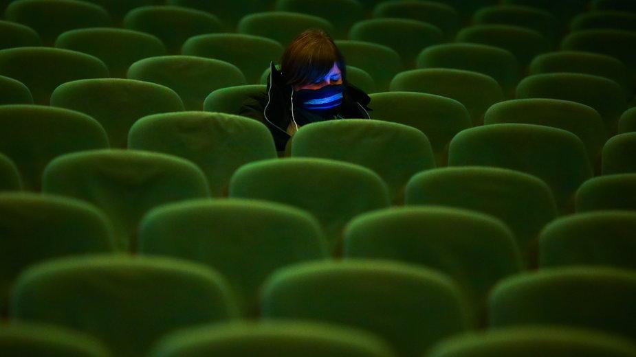 Klientka krakowskiego kina Kijów podczas seansu pierwszego dnia po ponownym otwarciu kin w połowie lutego 2021 r.