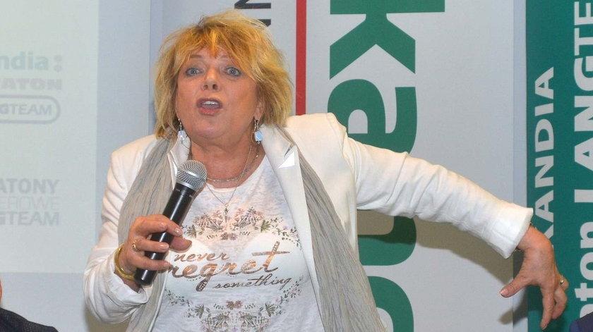 awno niewidziana aktorka prowadziła konferencję. Bluzka odsłoniła za dużo?
