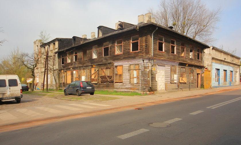 zdewastowany drewniany budynek przy ulicy Przędzalnianej w Łodzi