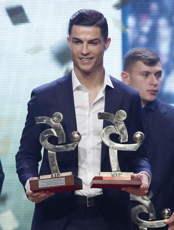 Kristijano Ronaldo sa nagradom najboljeg igrača Serije A