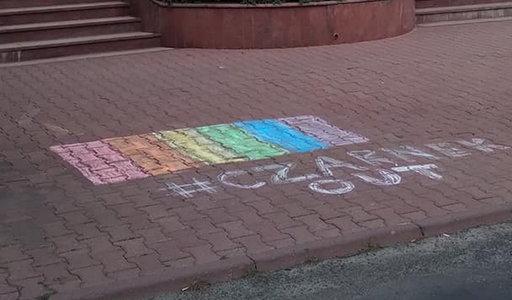 Namalowali tęczę na chodniku przed siedzibą TVP Lublin. Stacja wezwała policję