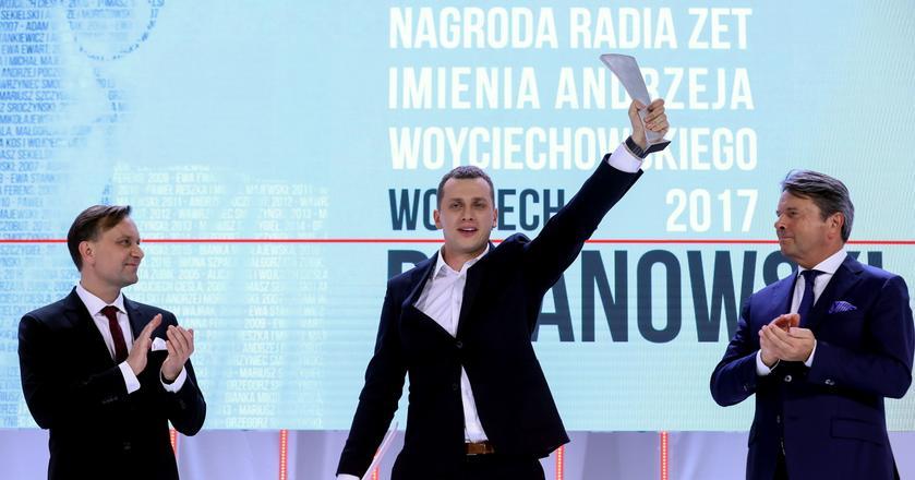 Wojciech Bojanowski odbiera statuetkę na gali Nagrody Radia ZET im. Andrzeja Woyciechowskiego.
