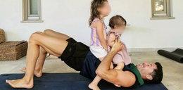 Robert Lewandowski został sam w domu z dziećmi. Anna Lewandowska pokazała, co piłkarz robi z córkami pod jej nieobecność. Taki tata to skarb!
