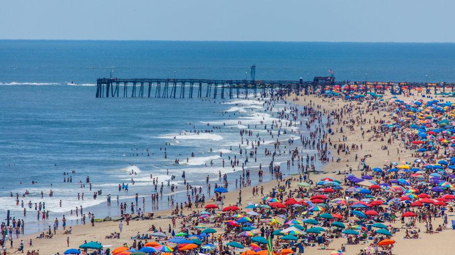 Zatłoczona plaża (zdjęcie ilustracyjne)