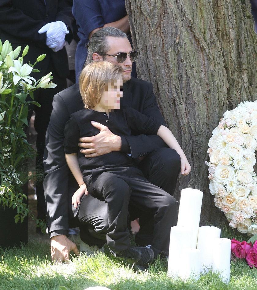 Szymon Sipowicz z synkiem na pogrzebie Kory