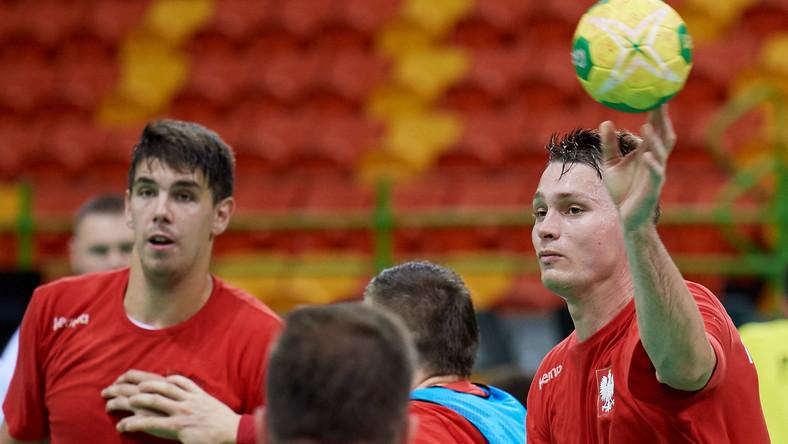 Zawodnicy reprezentacji Polski w piłce ręcznej mężczyzn Michał Szyba (P) i Piotr Chrapkowski (L) podczas treningu kadry