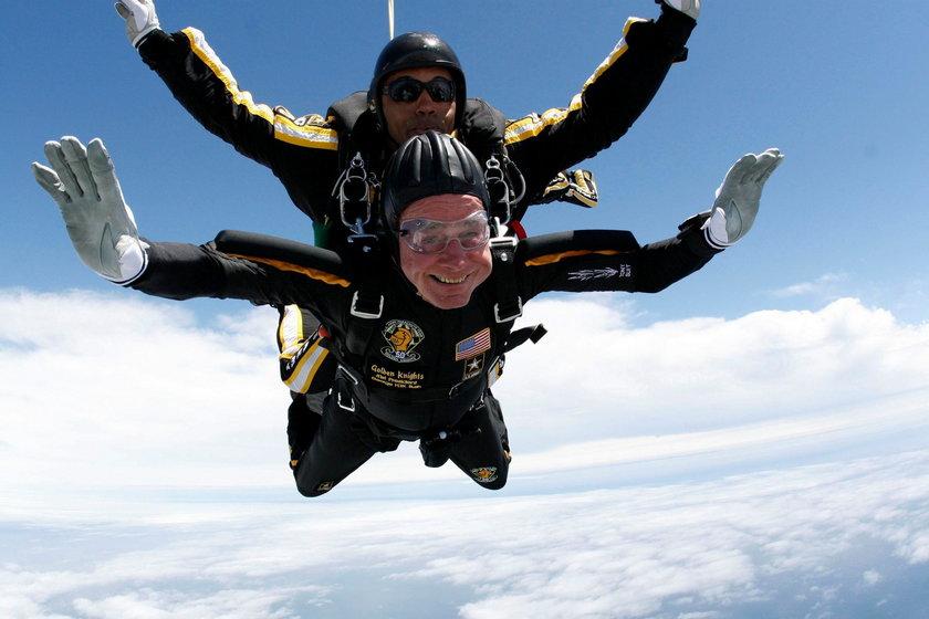 George H.W. Bush skacze ze spadochronem