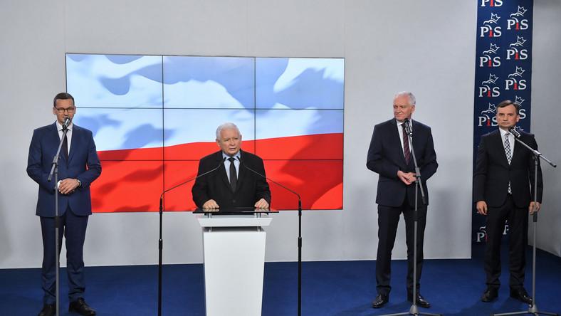 Premier RP Mateusz Morawiecki (L), prezes Prawa i Sprawiedliwości Jarosław Kaczyński (2L), prezes Solidarnej Polski Zbigniew Ziobro (P) oraz prezes Porozumienia Jarosław Gowin (2P)