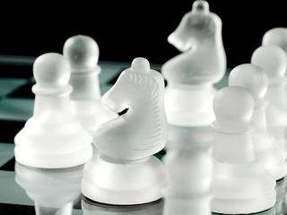 Kozzi-chess_pawn_and_chess_knight_on_board-883x588 szachy szachownica strategie