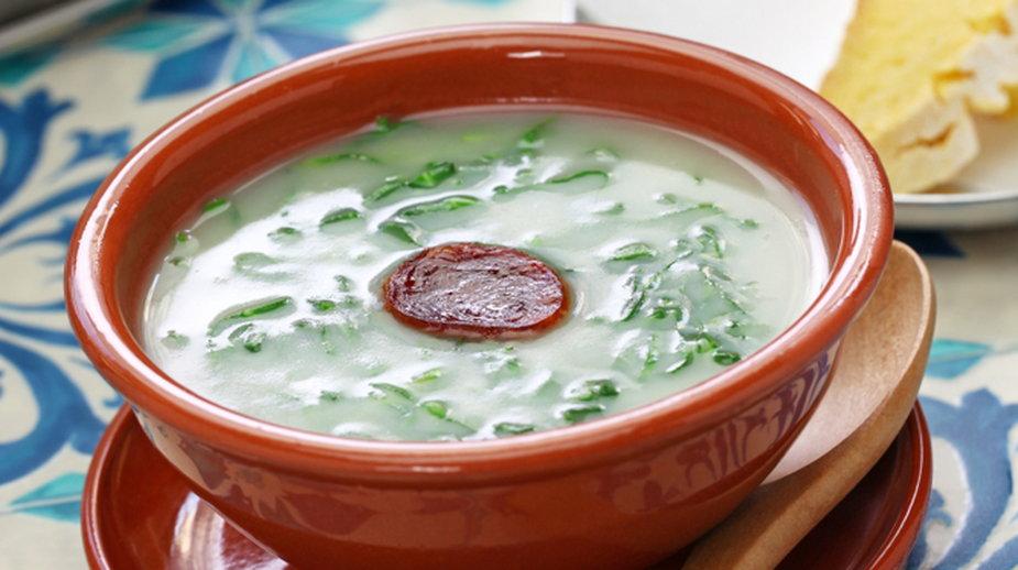 Zupa z jarmużem i chorizo (zdjęcie ilustracyjne)