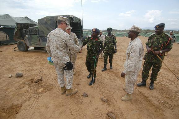 Kenijski vojni general se pozdravlja sa američkim marincem, 2006