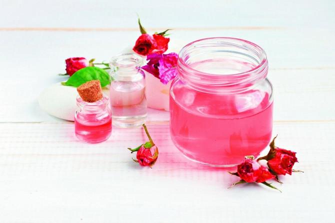 Ružina vodica se od davnina koristi za umirenje kože