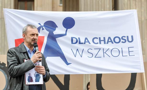 """Broniarz na konferencji prasowej przed Sejmem wyraził nadzieję, że posłowie """"z należytą troską i zaangażowaniem"""" odniosą się do wniosku o referendum, pod którym udało się zabrać """"prawie milion podpisów"""""""