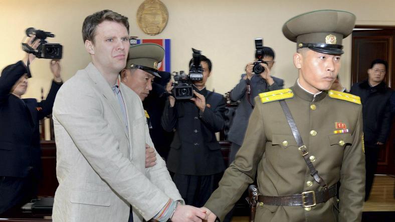 Otto Frederick Warmbier przed sądem w Pyongyangu 16 marca 2016r